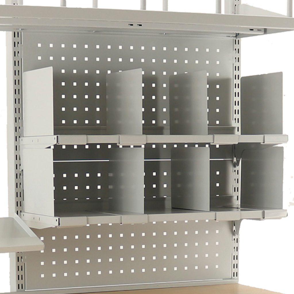Sovella Nederland Treston inhaakbaar legbord met flexibele verdelers voor gifts, folder, enveloppen en bedankjes op een inpaktafel - logistieke werkplek - magazijn werktafel